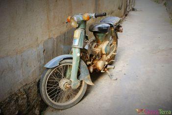 Vietnam - Dalat - Scène de rue - Vieille mobylette