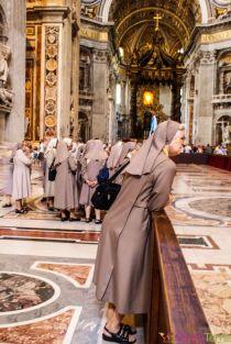 Rome-Vatican-Basilique-Saint-Pierre-nonnes