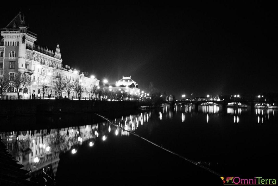 Prague-Quai-Vltava-de-nuit