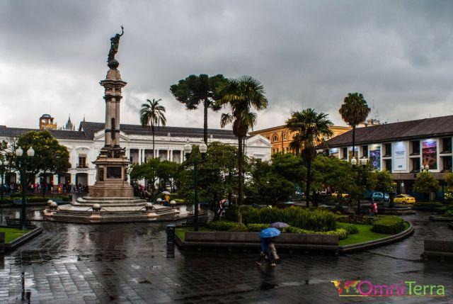 equateur-quito-place-grande-sous-la-pluie