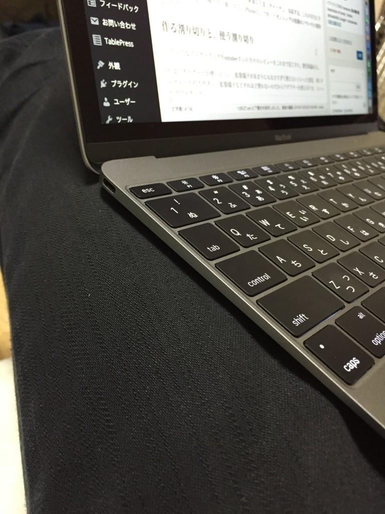 膝の上のMacBook