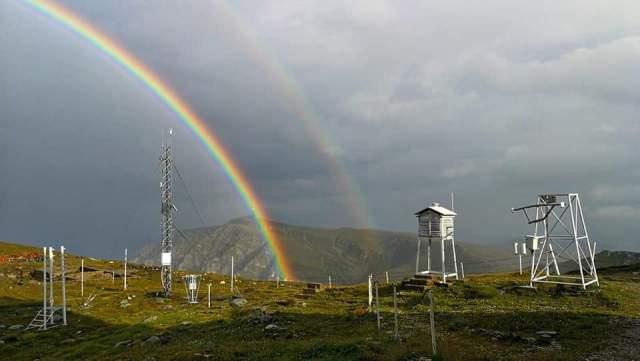 Curcubeu la stația meteorologică de la vârful Omu