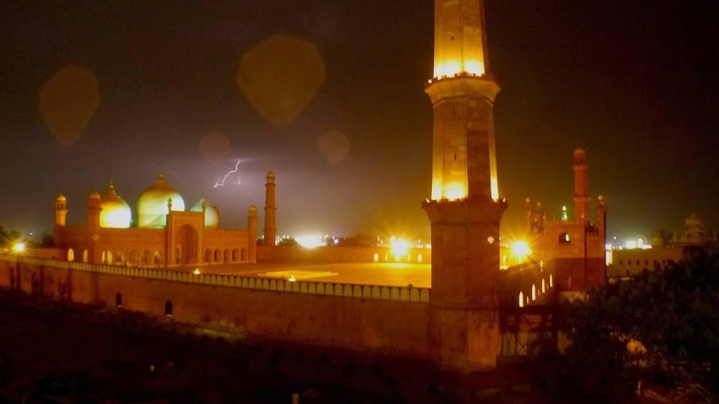 Badshahi Mosque at night