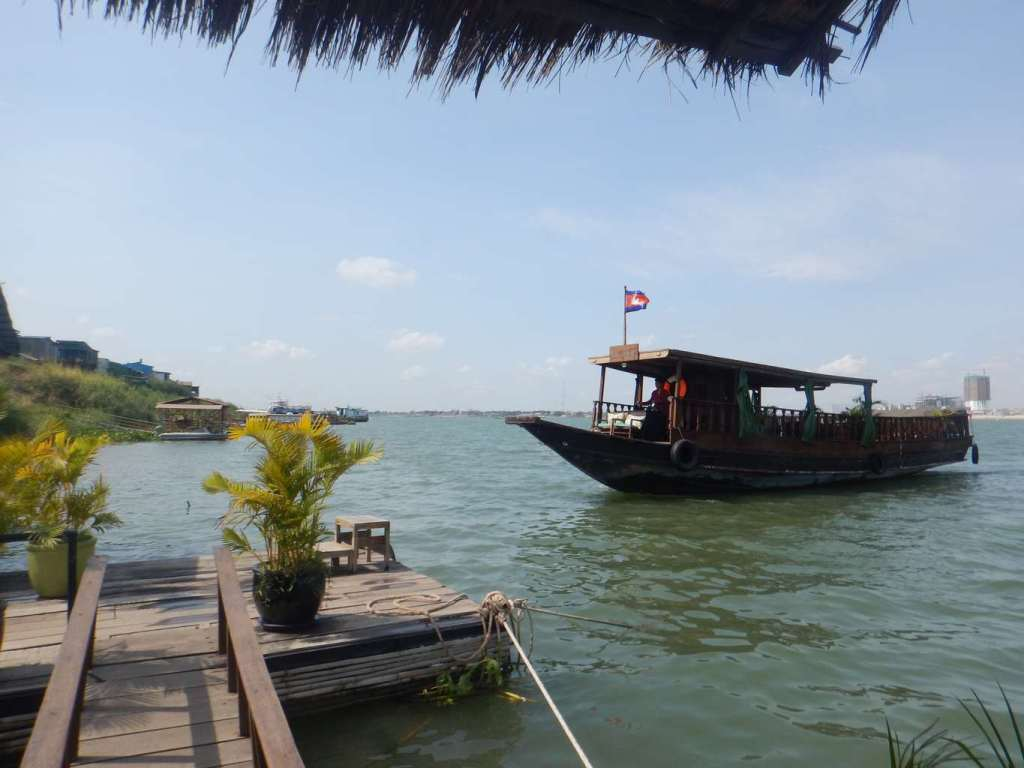 Le Tonle boat coming to retrieve us at