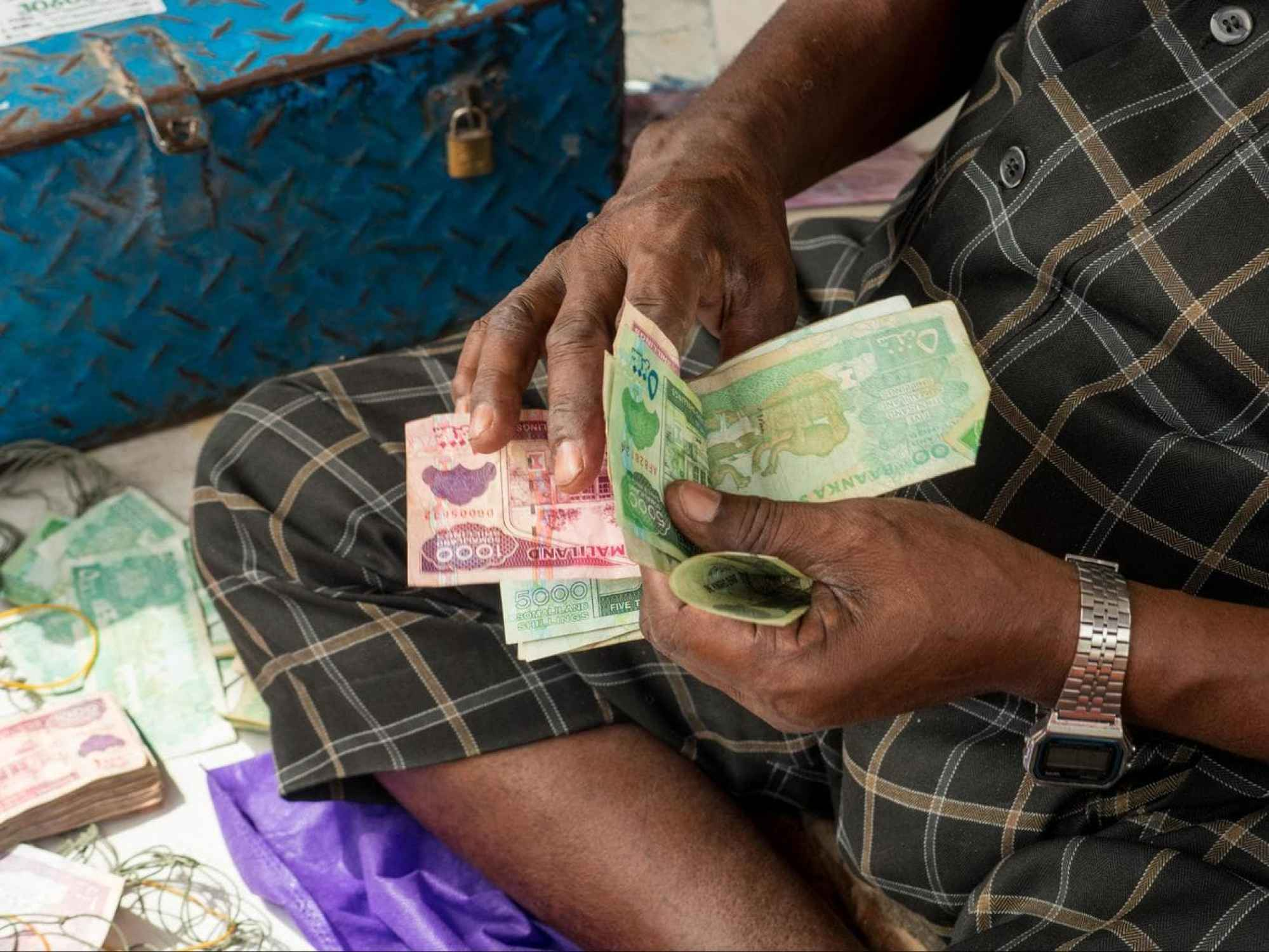 Counting money in Hargeisa