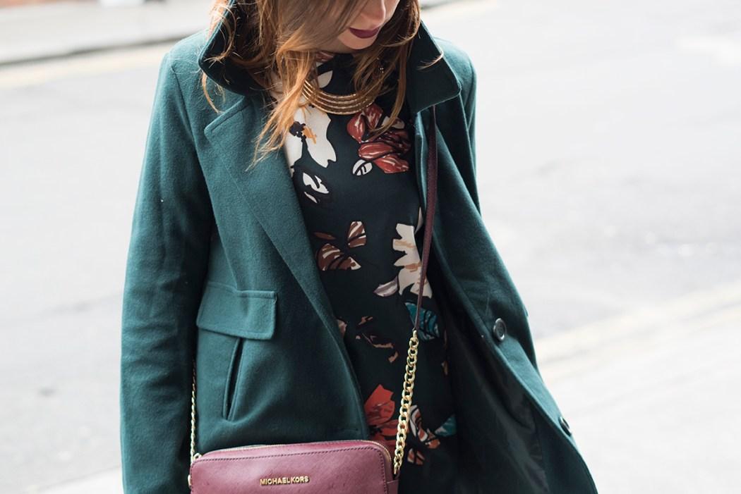 Vestito verde floreale e un cappotto verde Michael Kors Shoulder bag