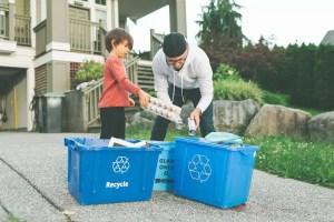 famiglia riciclo oggetti impatto ambientale packaging