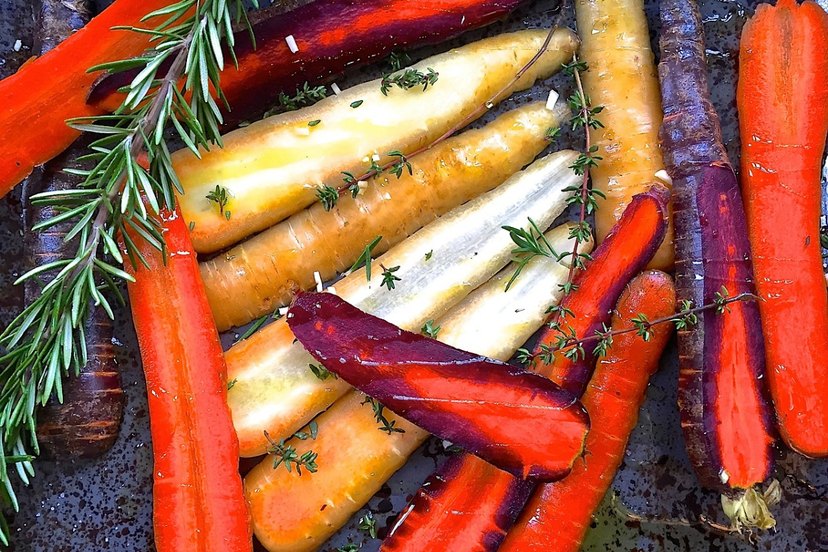 Rosemary Roasted Carrots With Creamy Thyme and Rosemary Sauce [Vegan]