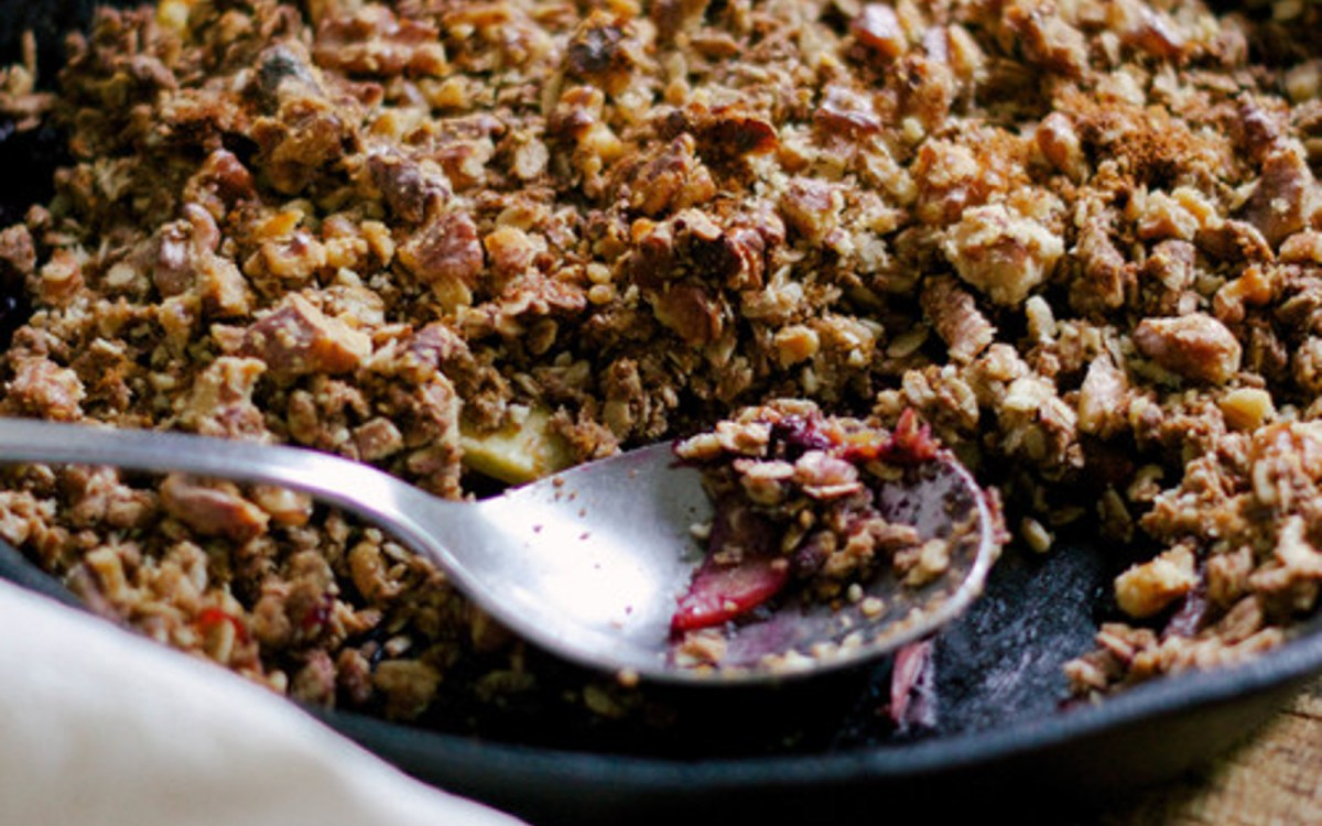 Vegan bourbon vanilla blueberry peach crumble