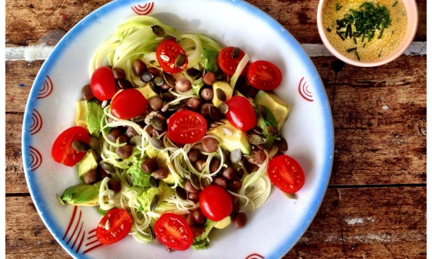 Snelle salade met kerrie, courgettespaghetti en capucijners
