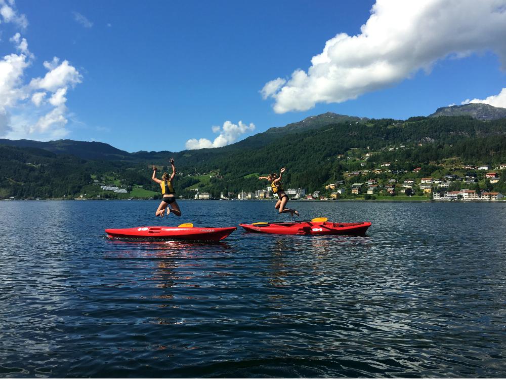 meiden-springen-in-fjord