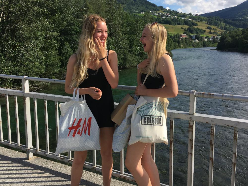 shoppen-in-noorwegen-met-tieners