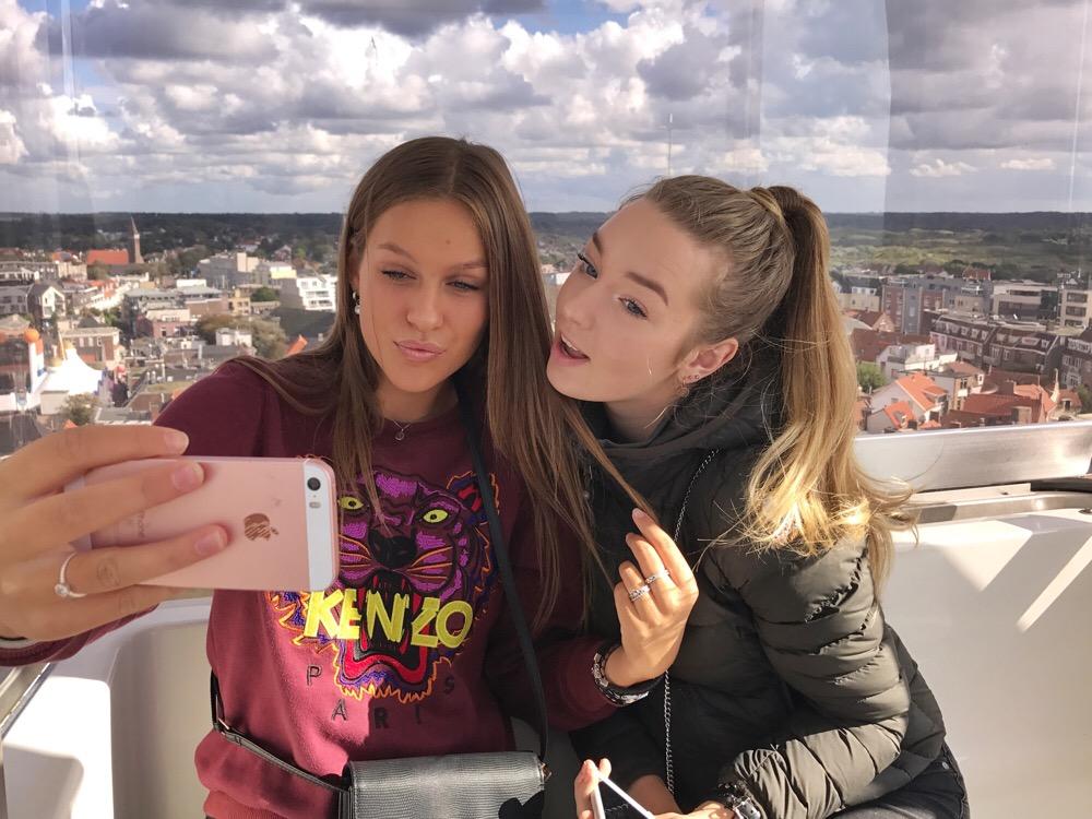 Mia en Sanne in het reuzenrad