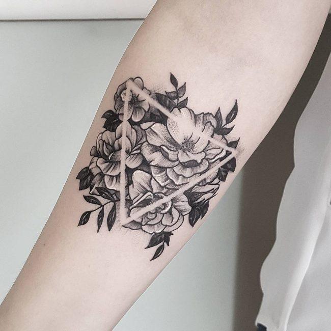 bloemen driehoek tatoeage