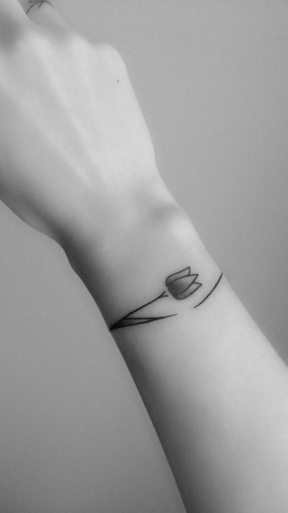 armband tattoo met bloemen