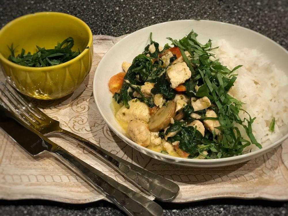 Rijst met groenten, kip en pesto