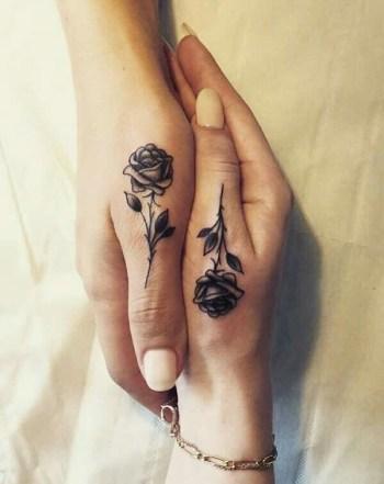 duim tattoo roos