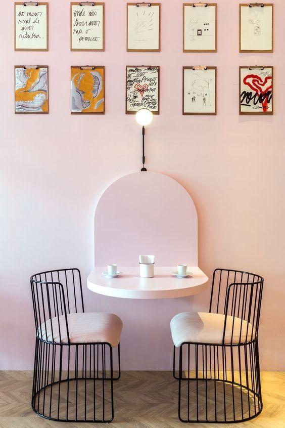 memoborden aan roze muur
