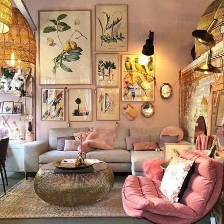 roze fauteuil, roze muur