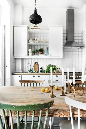 witte tegelmuur in de keuken