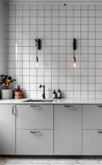 witte tegelmuur keuken
