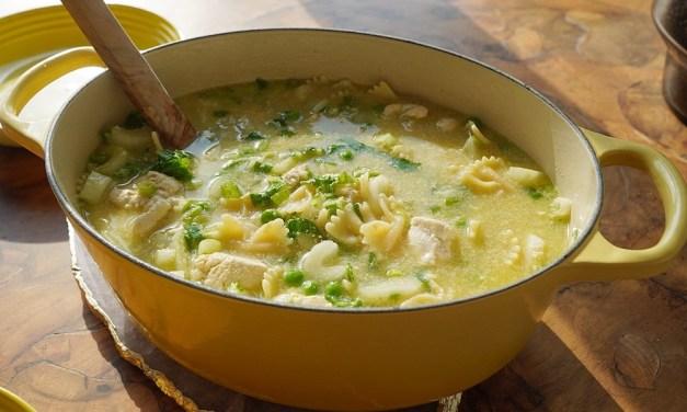 Easy zomerrecepten: kippensoep met pasta