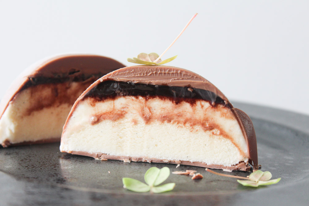Halvkugler Med Is, Chokoladesirup Og Mælkechokolade