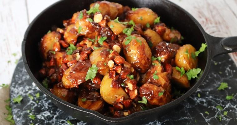 Karameliseret Ovnbagte Kartofler Med Mandler Og Rødløg
