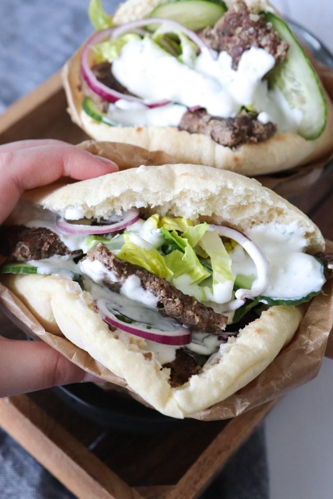 Hjemmelavet Kebab Serveret I Pitabrød Med Yoghurt Dressing