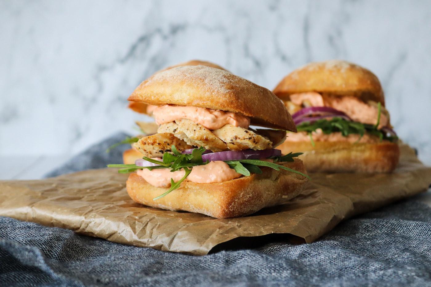 Skønne Sandwiches Med Tomat Fetacreme og Stegt Kylling