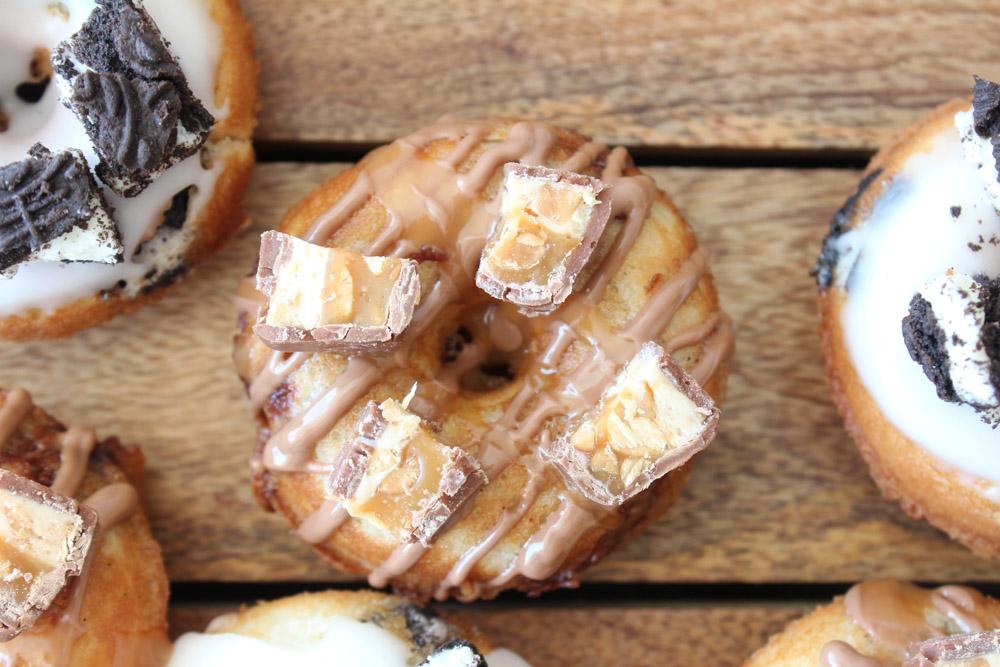 Vaniljekage Donuts Med Snickers Og Oreo