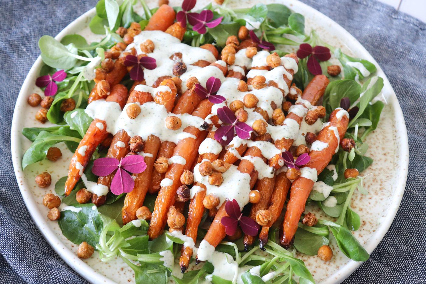 Laekker Salat Med Ovnbagte Gulerodder Ristede Kikaerter Og Persilledressing