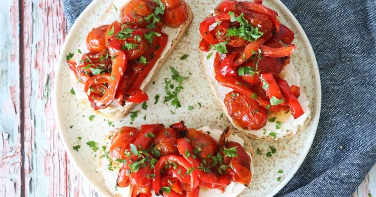 Ristet Brød Med Bagte Peberfrugter, Cherrytomater Og Flødeost