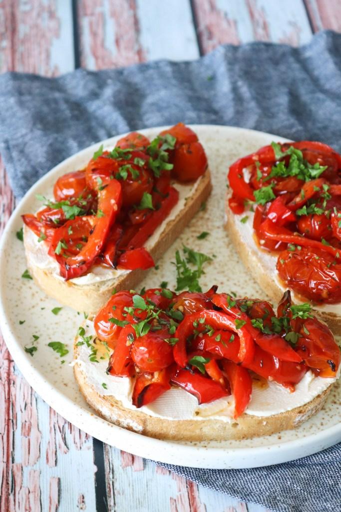 Brød Med Bagte Peberfrugter, cherrytomater og flødeost