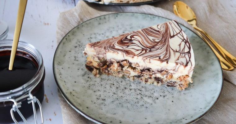 Daim islagkage Med Hjemmelavet Chokoladesirup Og Vaniljeparfait
