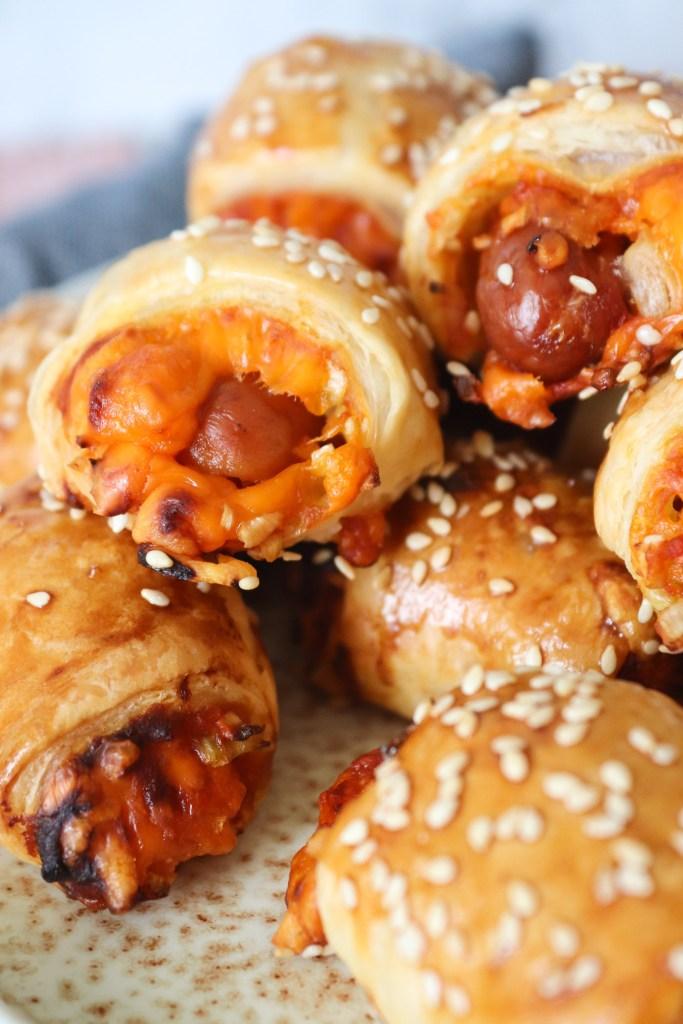 Pølser I Svøb Americanstyle Med Cheddar, Ketchup, Sennep og Løg