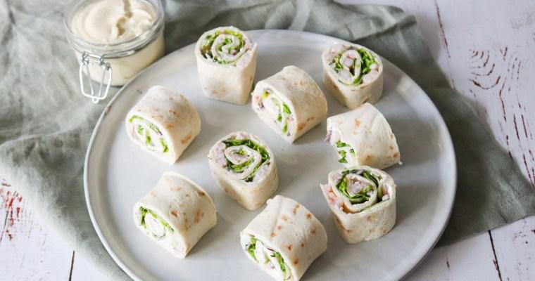Tortillaruller Med Rejer, Salat, Flødeost Og Karrydressing