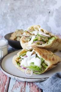 Hjemmelavet Kyllingekebab I Pitabrød Med Salat Og Hvidløgsdressing