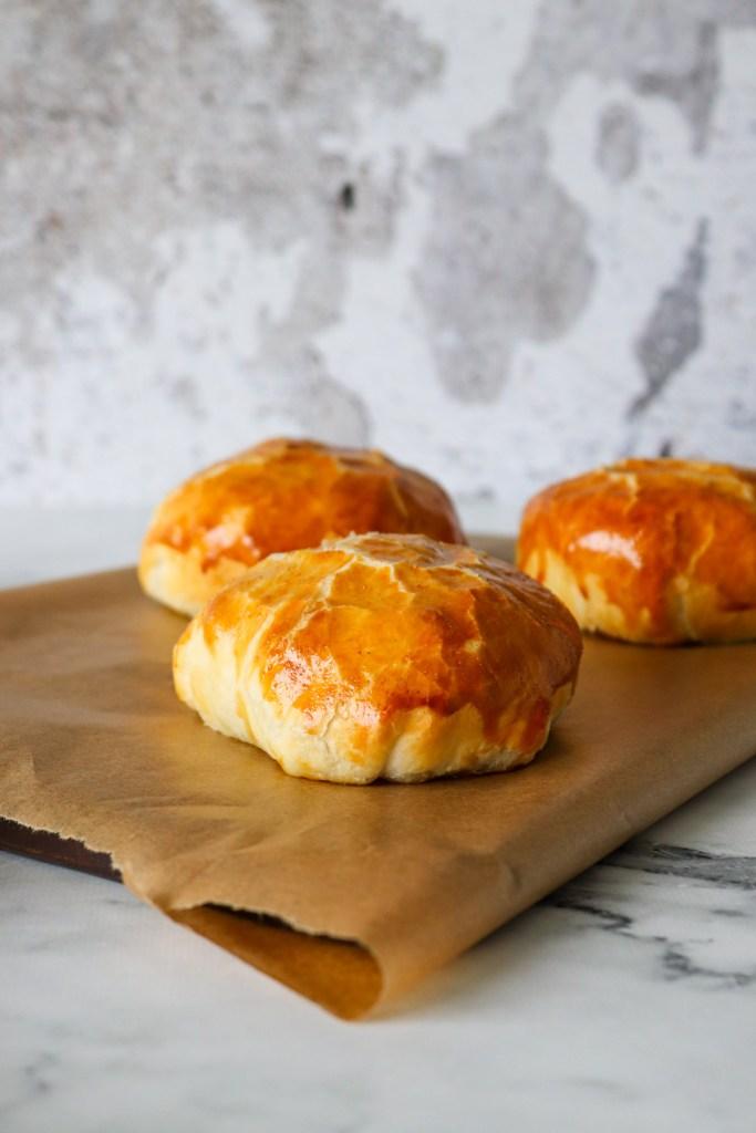 Indbagte Bøffer Med Flødeost Og Bløde Løg - Bøffer I Butterdej