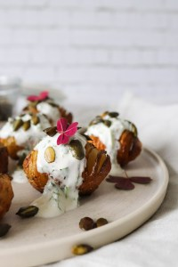 Hasselback Kartofler Med Yoghurtdressing Og Græskarkerner
