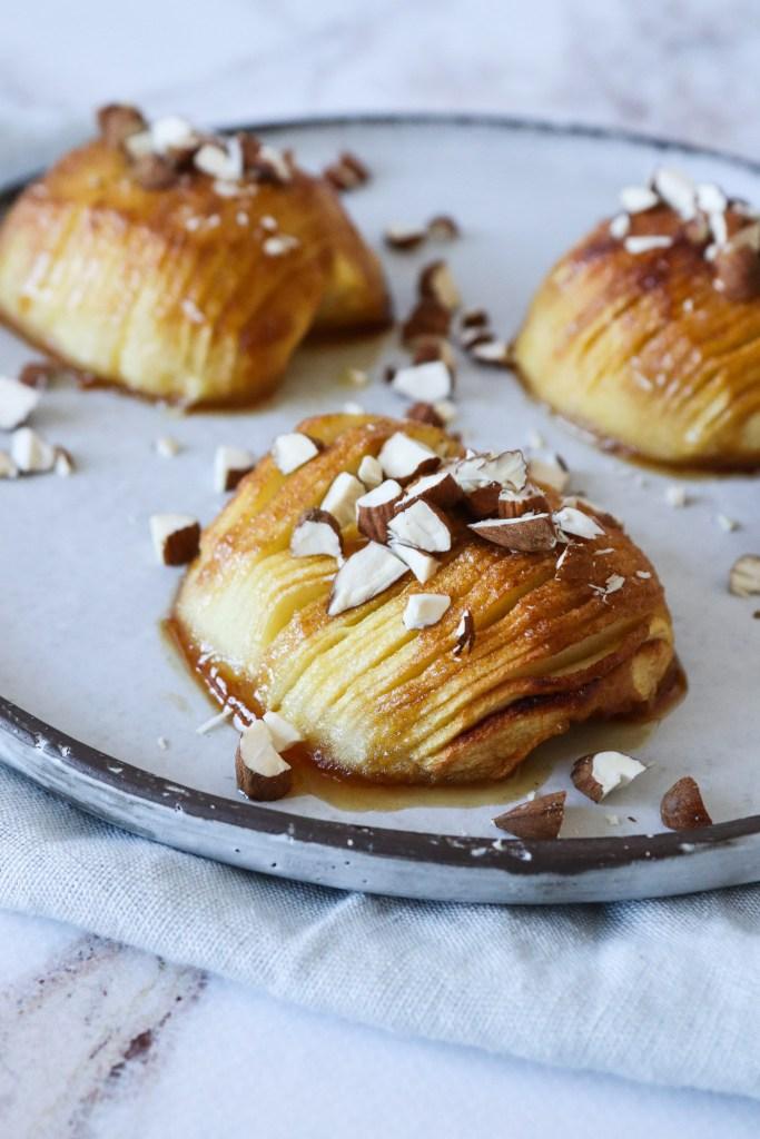 Hasselback Æbler Med Vaniljeis - Bagte Æbler Med Farin Og Smør
