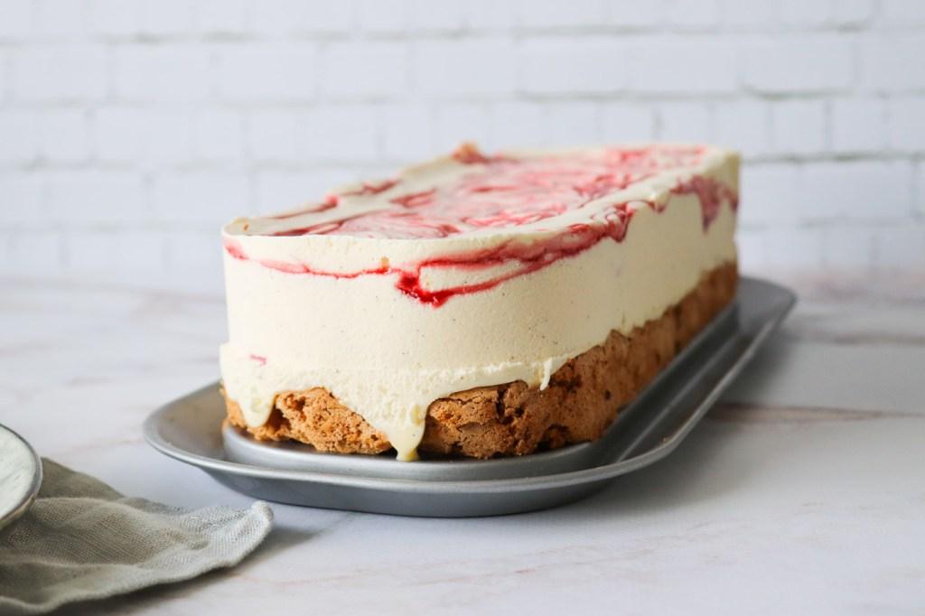 Islagkage Med Jordbærsirup Og Hvid Chokolade - Hjemmelavet Islagkage