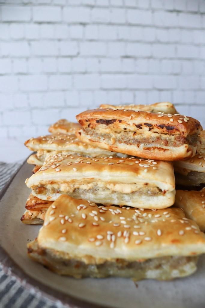 Kødsnitter - Butterdejshapsere Med Fars Og Pikantost - Snacks Med Butterdej