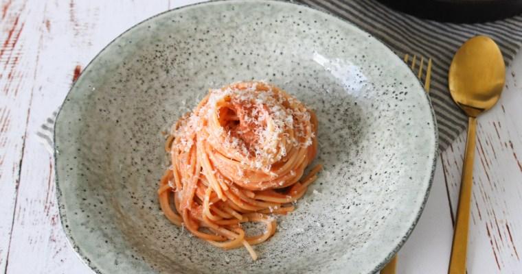 Spaghetti I Tomatsauce Med Fløde Og Parmesanost