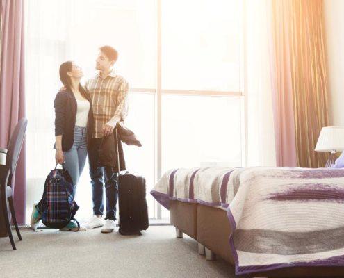 Un coppia arriva in una camera