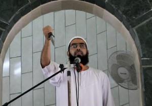 Palestinian-preacher-holding-knife-Gaza1-620x431