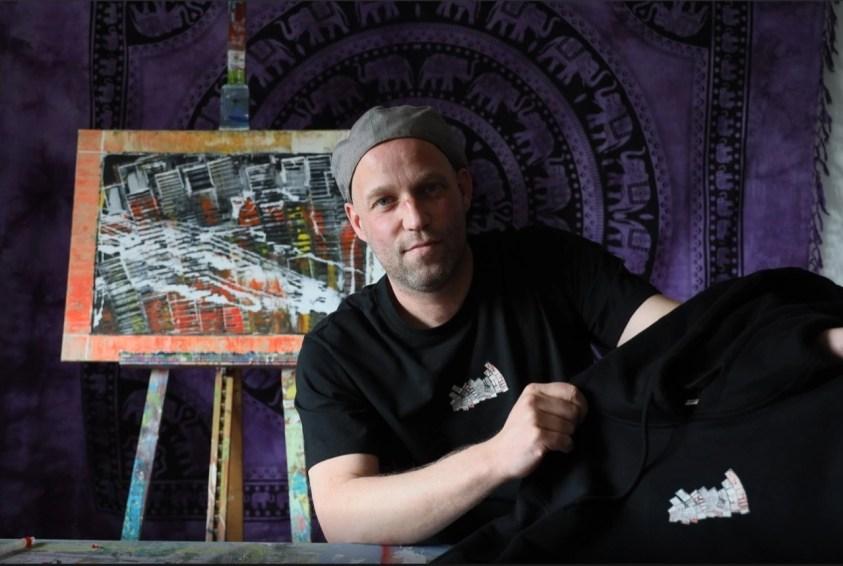 Ron Vogels in en met een t-shirt met zijn ontwerp - Kees Martens - DCI Media
