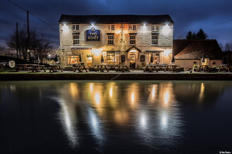 The Two Boats Inn, Long Itchington: Well lit, and some beautiful reflections.