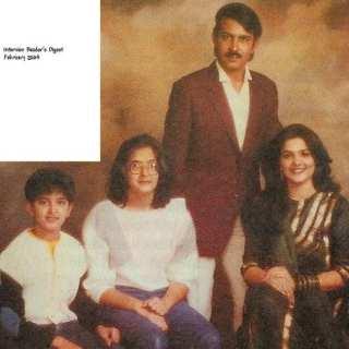 Hrithik Roshan, Rakesh Roshan, Pinky Roshan & Sunaina Roshan in a Family Portrait