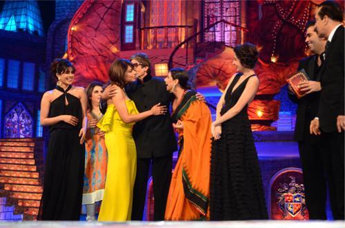 Vidya Balan, Anushka Sharma, Priyanka Chopra, Bipasha Basu & Farah Khan with Amitabh Bachchan at the Stardust Awards